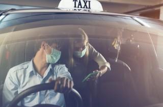 Taxischauffeurs op Schiphol op de bon om niet dragen mondkapjes