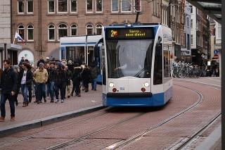 FNV en KNV: Minder taxi's op tram- en busbanen lost problemen in Amsterdam niet op
